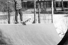 Een jonge jongen op het skateboard royalty-vrije stock foto's