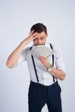 Een jonge kerel in een wit overhemd maakte heel wat dollars Royalty-vrije Stock Foto's