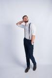 Een jonge kerel in het witte overhemd denken Royalty-vrije Stock Fotografie