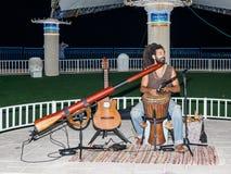 Een jonge kerel speelt een darbuka in de avond op de waterkant in de stad van Nahariya, in Israël stock foto's