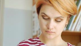 Een jonge kunstenaar op het werk, een close-upgezicht stock video