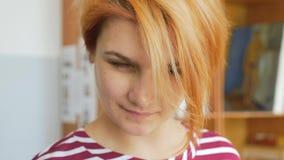 Een jonge kunstenaar op het werk, een close-upgezicht stock footage