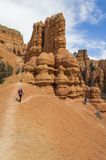 Een Jonge Man en Twee Jonge Vrouwen onderzoeken de Kleurrijke Rotsvormingen van Rode Canion Utah Royalty-vrije Stock Afbeelding