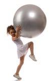 Een jonge meisje gevulde bal stock fotografie