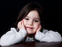 Een jonge meisjes rustende hand op kin royalty-vrije stock afbeeldingen