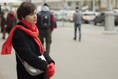 Een jonge melancholische vrouw loopt in de straat Concept eenzaamheid De ruimte van het exemplaar Stock Fotografie