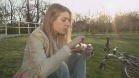 Een jonge mens besteedt aandacht aan de camera wanneer zij hem aanzet De kerellach bij de camera stock video