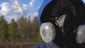 Een jonge mens bevindt zich in een ademhalingsapparaat stock videobeelden