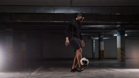 Een jonge mens die de bal op zijn voet in evenwicht brengen stock footage