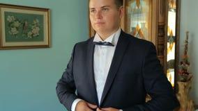 Een jonge mens die jasje dragen stock footage