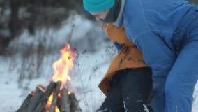 Een jonge mens die met een kind in het hout spelen stock video