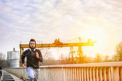Een jonge mens die op de brug lopen Stock Foto's