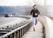 Een jonge mens die op de brug lopen Stock Foto
