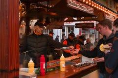 Een jonge mens die op een Kerstmismarkt betalen in Goettingen, Duitsland royalty-vrije stock afbeeldingen