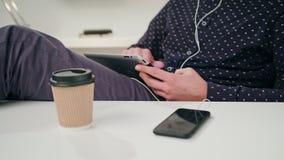 Een Jonge Mens die een Tablet binnen gebruiken stock footage