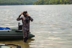 Een jonge mens in een kostuum voor het duiken Stock Fotografie