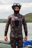 Een jonge mens in een kostuum voor het duiken Stock Foto's