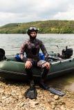 Een jonge mens in een kostuum voor het duiken Stock Foto