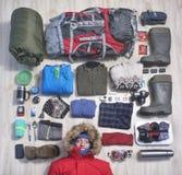Een jonge mens en dingen die hij aan reis neemt stock afbeeldingen