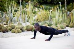 Een jonge mens gaat binnen want de sporten bij jonge man binnen voor sporten in openlucht gaat Royalty-vrije Stock Fotografie