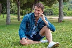 Een jonge mens in het park Stock Foto's