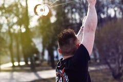 Een jonge mens in het park voert trucs met Diabolo uit stock foto