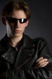 Een jonge mens in leerjasje en zonnebril Royalty-vrije Stock Fotografie