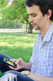 Een jonge mens met een smartphone Stock Afbeeldingen