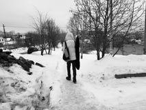 Een jonge mens met een gitaar gaat in de lente of de winter royalty-vrije stock fotografie