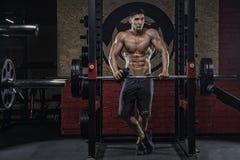 Een jonge mens met een sterk lichaam, een mens met een ideaal cijfer, greep royalty-vrije stock afbeelding
