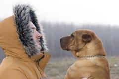 Een jonge mens met zijn hond royalty-vrije stock foto's