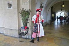 Een jonge mens in nationaal Pools kostuum in Krakau royalty-vrije stock foto