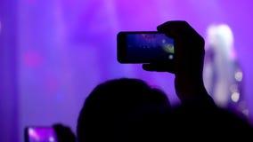 Een jonge mens neemt een overleg op een smartphone stock footage