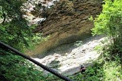 Een jonge mens neemt steil bergop, ondanks fatigu toe stock foto's