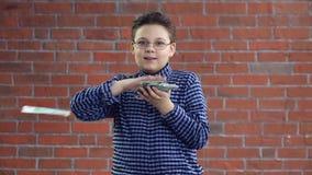 Een jonge mens werpt geld met zijn handen stock video