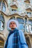 Een jonge mens in een witte hoed bevindt zich voor Casa Batl stock foto's