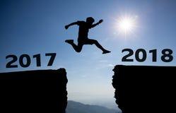 Een jonge mensensprong tussen 2017 en 2018 jaar Stock Fotografie