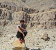 Een jonge mensentribunes op berg stock afbeelding
