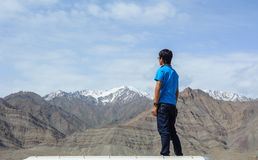Een jonge mensentribunes op berg stock foto's