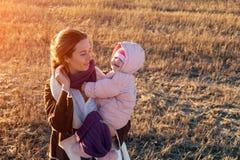 Een jonge moeder die haar dochter spelen stock fotografie