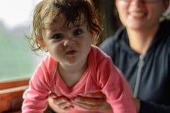 Een jonge moeder reist in glazen samen met een wonderfully mooie dochter stock foto