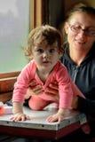 Een jonge moeder reist in glazen samen met een wonderfully mooie dochter stock foto's