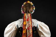 Een jonge mooie vrouw die een traditioneel Pools volkskostuum dragen Royalty-vrije Stock Afbeeldingen