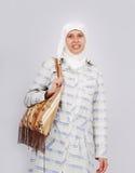 Een jonge moslimvrouw in het traditionele kleren geven royalty-vrije stock afbeeldingen
