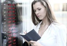Een jonge onderneemster controleert de munt Stock Foto's