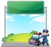 Een jonge politieagent met zijn politiewagen dichtbij lege signage Royalty-vrije Stock Afbeeldingen