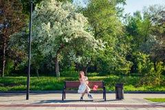 Een jonge roodharige vrouw in park royalty-vrije stock afbeeldingen