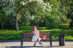 Een jonge roodharige vrouw in park royalty-vrije stock foto