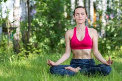 Een jonge Russische vrouw die in het Park mediteren royalty-vrije stock fotografie