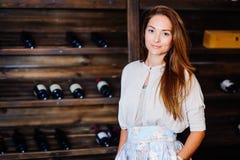 Een jonge succesvolle vrouw winemaker Royalty-vrije Stock Afbeelding
